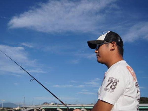 秋晴れの中釣りを楽しむ
